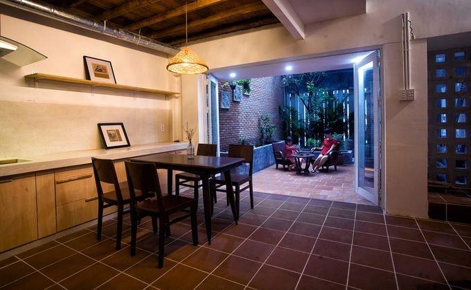 20171115080311 5604 Cắt nửa nhà làm sân, ngôi nhà Sài Gòn trở nên khang trang bất ngờ